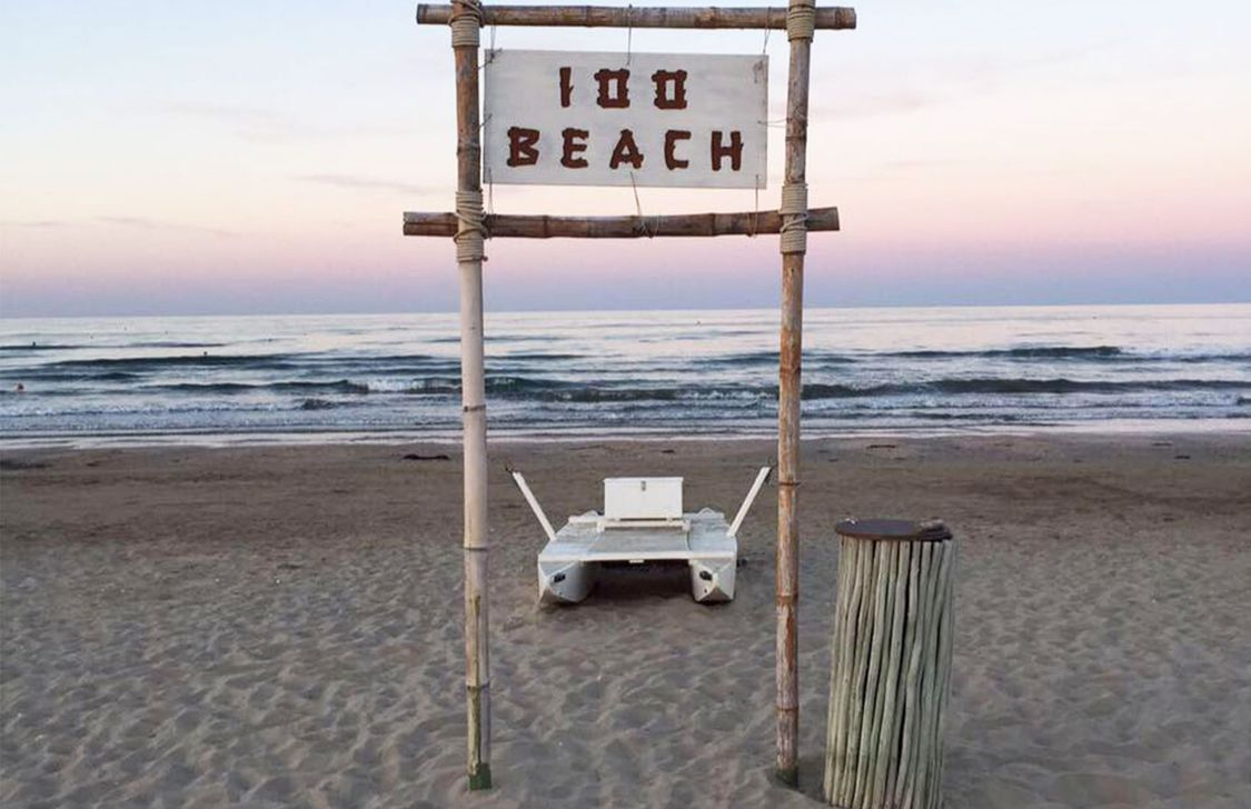 100 Beach - Insegna