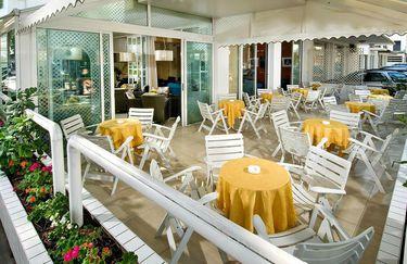 hotel-estense-tavolo-esterno