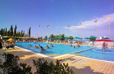 europe-garden-village-piscina